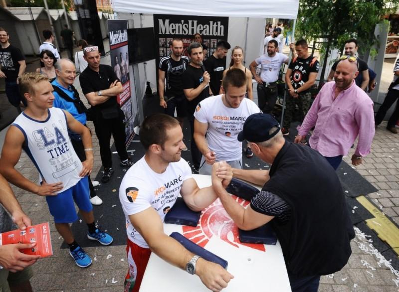Posjetitelji su okušali snagu u obaranju ruku sa svjetskim prvakom Hristom Delidzhakovim