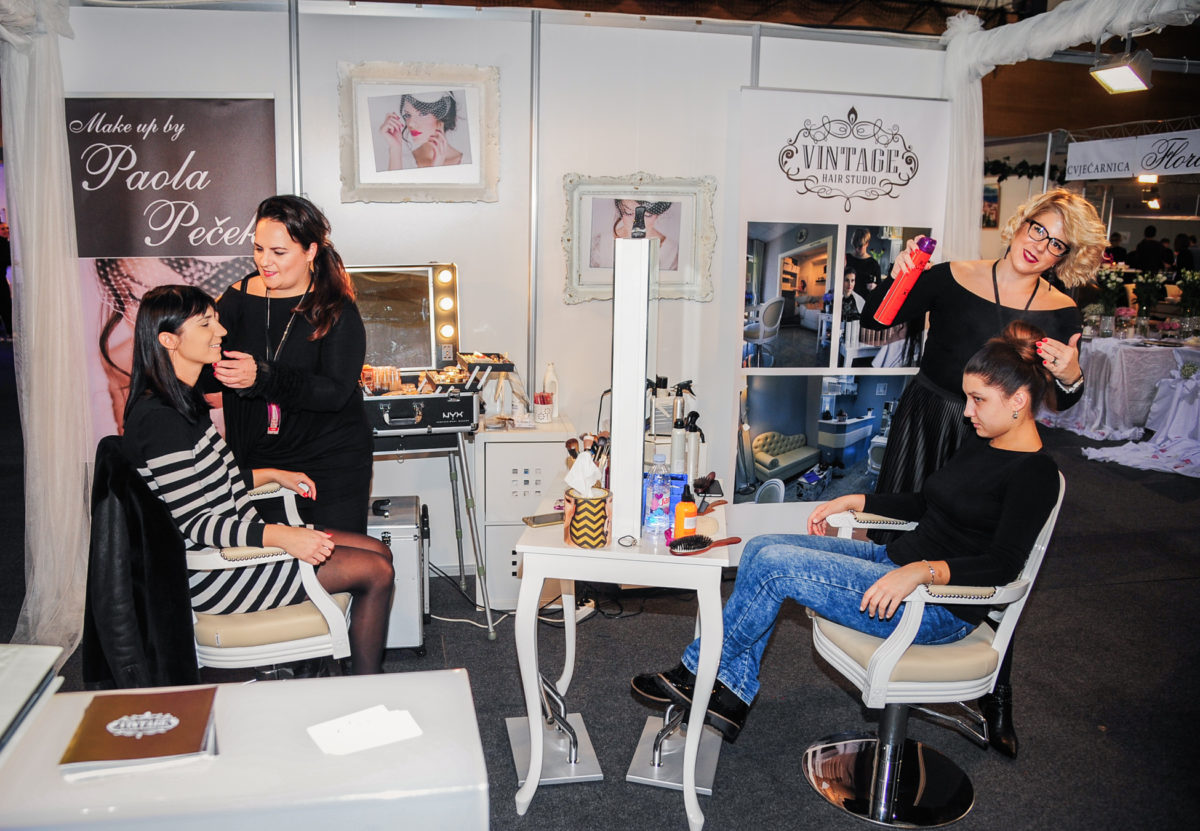 paola-pecek-iz-estetskog-centra-eden-i-karla-benic-iz-vintage-hair-studija-bile-su-zaduzene-za-make-up-i-frizure-modela-te-ostalih-posjetitelja-sajma