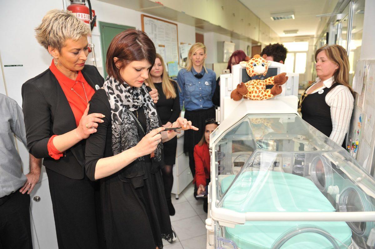 Mama Palčice Mije postavila je donatorsku pločicu na inkubator koji će nositi Mijino ime