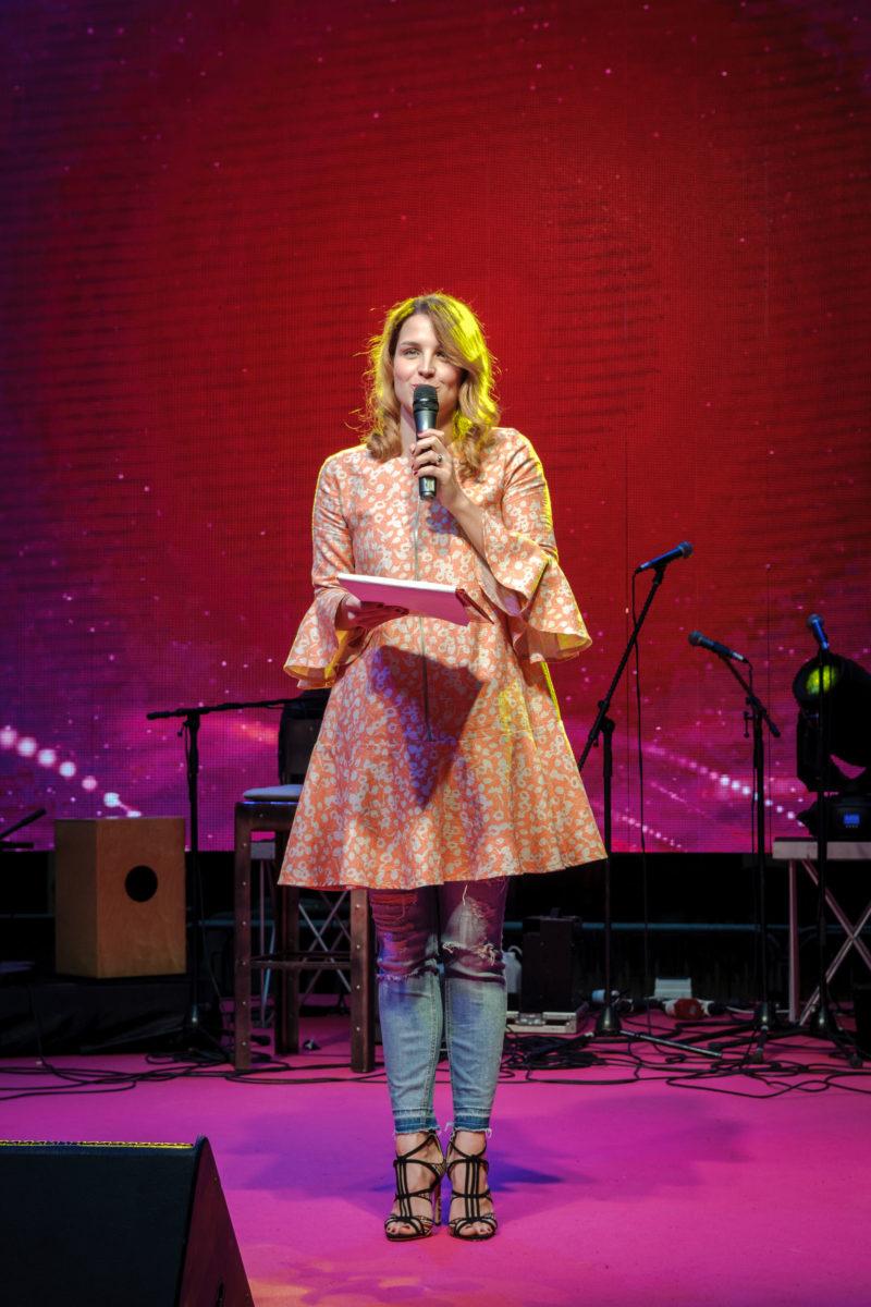 Voditeljica nedjeljnog programa bila je Doris Pinčić Rogoznica