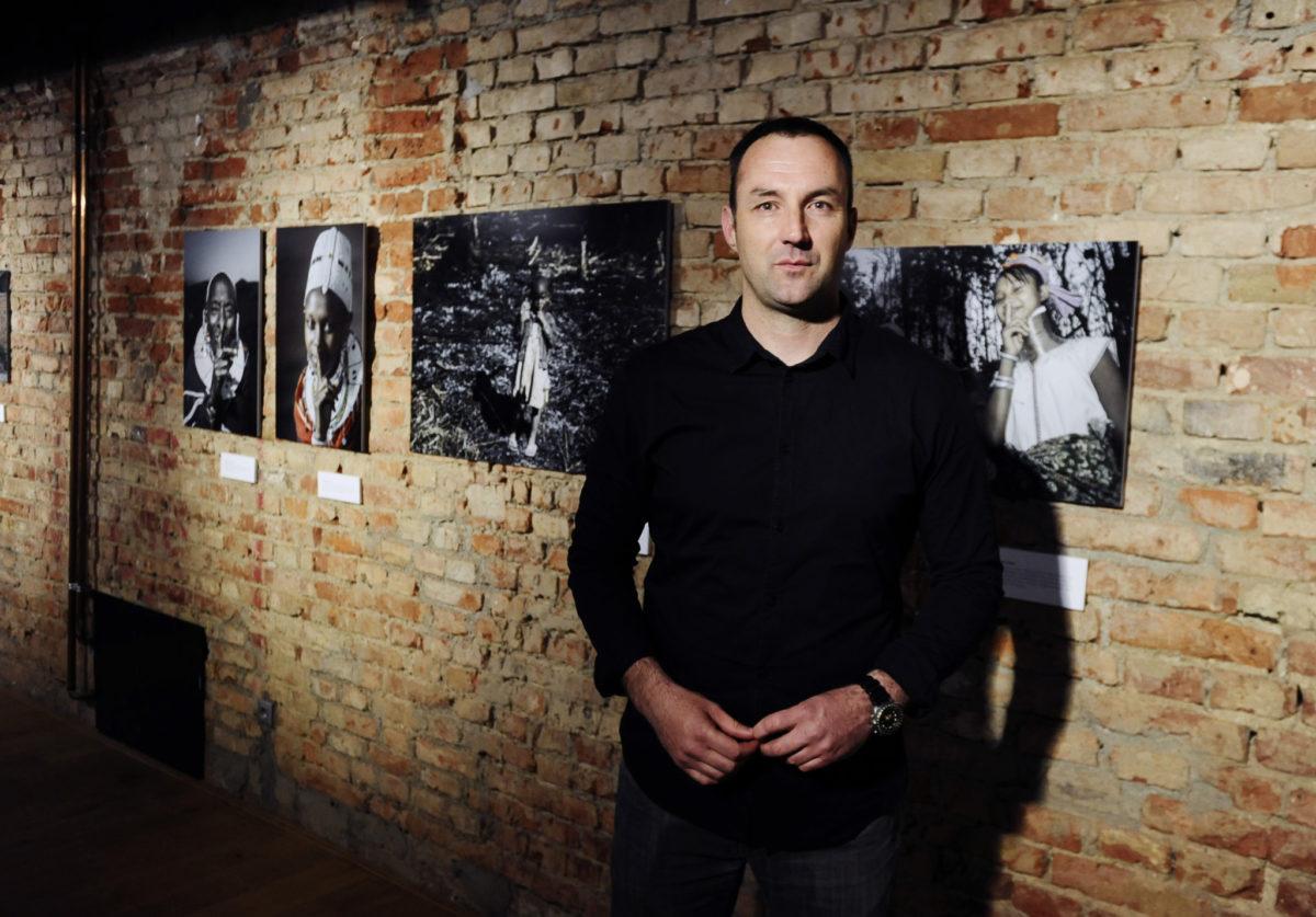 Fotoreporter Zoran Marinović godinama je snimao jedinstveni motiv – prst na ustima, univerzalni znak tišine na svim jezicima svijeta