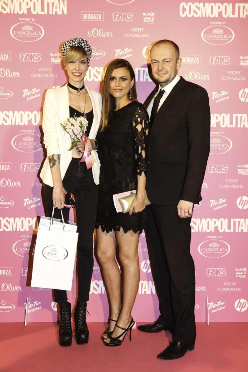 Kristina Šalinović s nagradom za COSMO poduzetnicu, powered by L'ANGELICA, Anita Dujić i Davor Jukić, direktor Aurora kozmetike