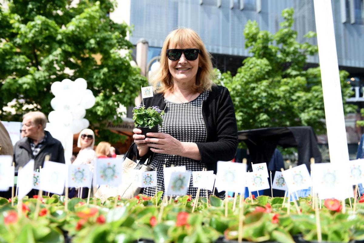 Spisateljica Sanja Pilić dijelila je sadnice za reciklirani stari papir, staklenu ili plastičnu ambalažu